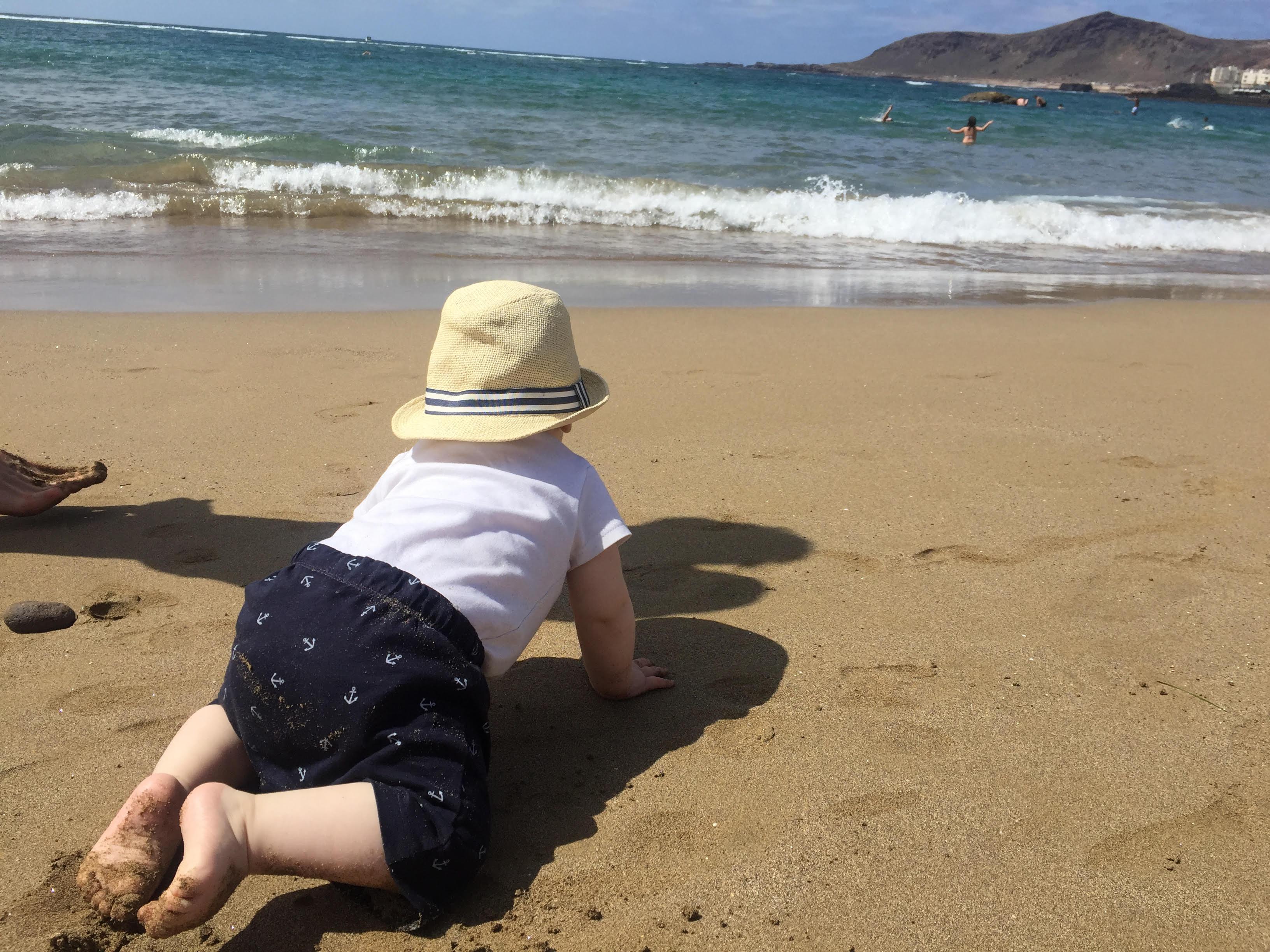 Matěj poprvé na pláži. Nejdřív se vln strašně bál, ale po několika návštěvách pláže a veeelmi postupném seznamování se nakonec osmělil :)