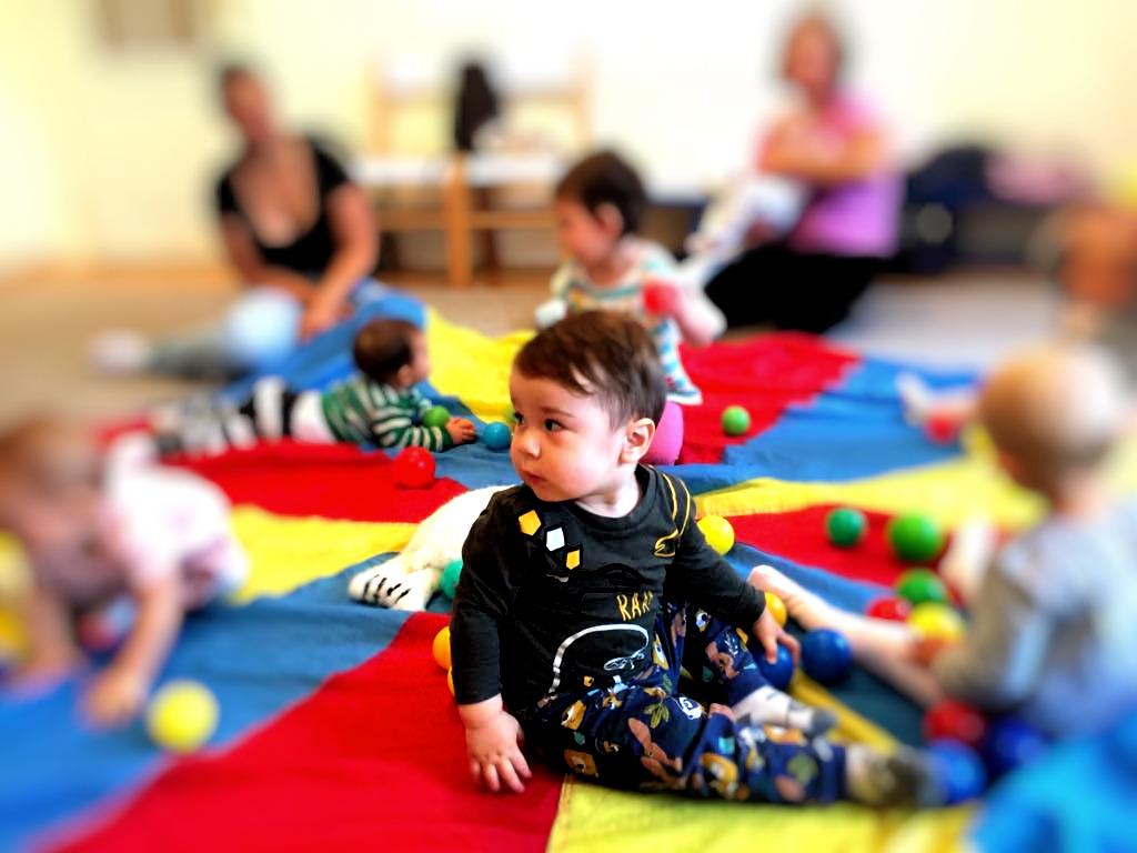 """Děti mají krátkou přestávku, kdy si můžou odpočinout od soustředění. Hrát si můžou třeba s barevnými míčky. Maty ale většinou """"paří"""" a vůbec mu nevadí, že zrovna hraje vážná hudba :D"""