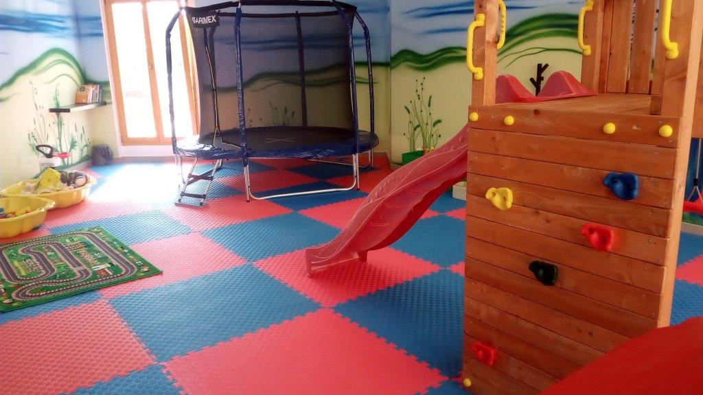 Herna má velkou spoustu prvků, které pobaví děti už od několika měsíců.
