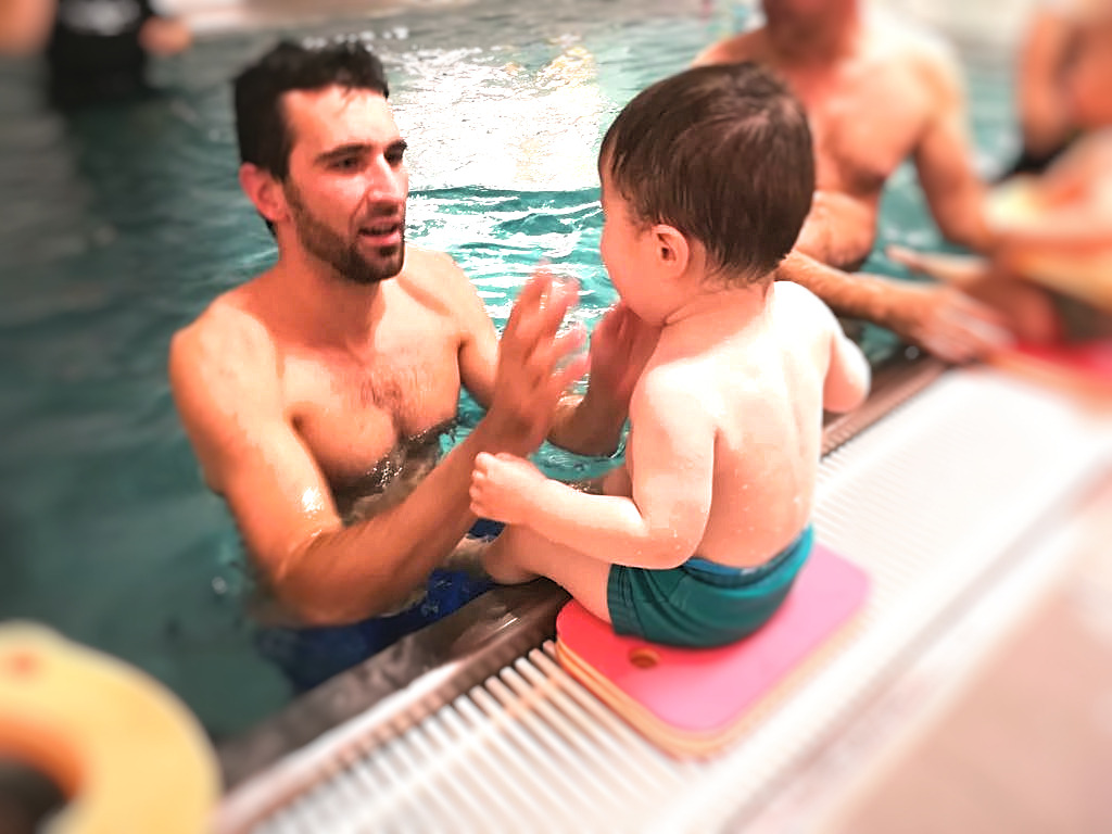 Ve vodě jsou připravené různé aktivity. Tady děti měly za pomoci rodičů seskočit do vody. A ponořit i hlavičku. Chce to trénink, klid a žádný zbytečný tlak :)